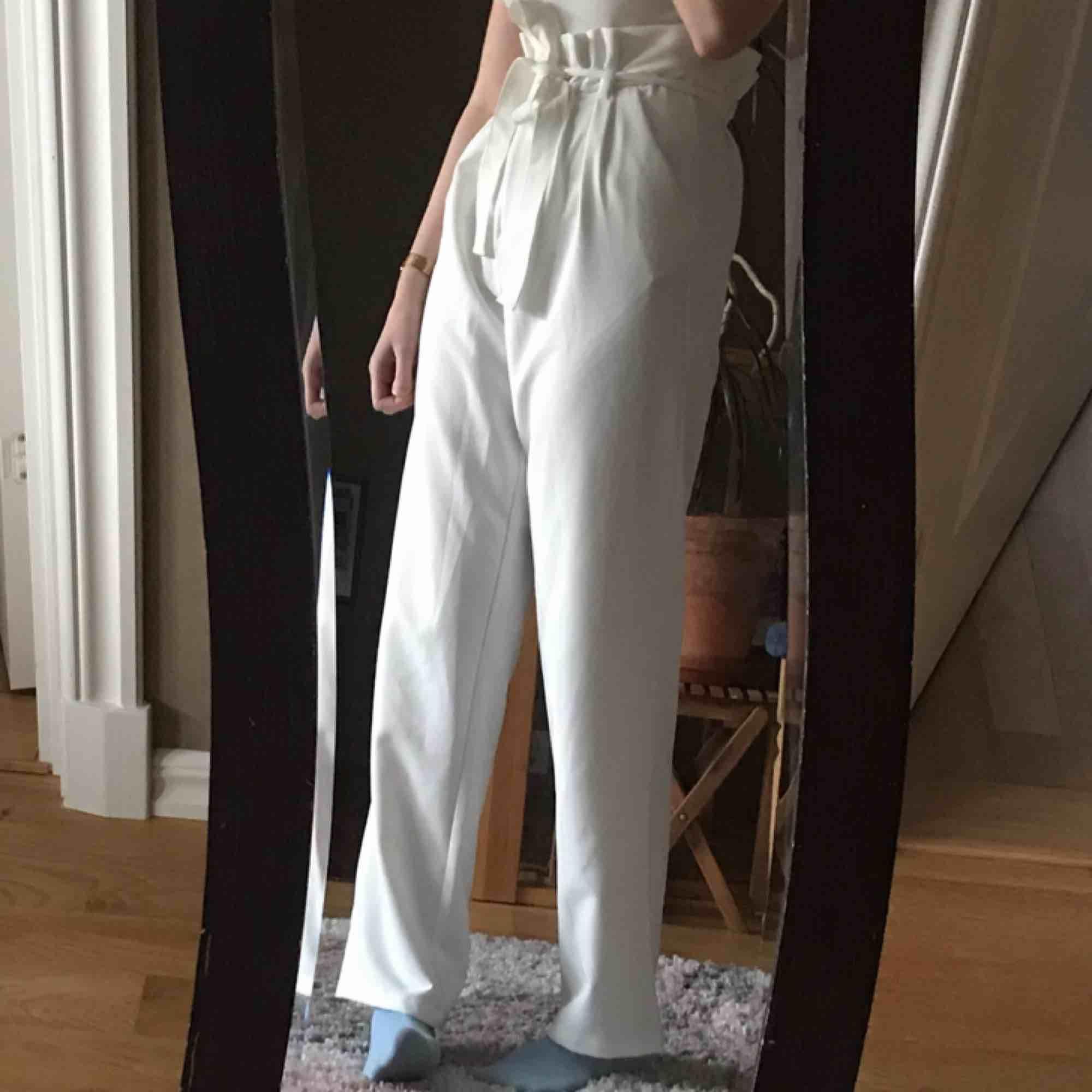 Skitsnygga vita vida byxor från bikbok - knappt använda 🌿💕 toppen för sommaren - obs att de är väldigt lång i benen (jag är 174cm) köparen står för frakt, tar swish. Jeans & Byxor.