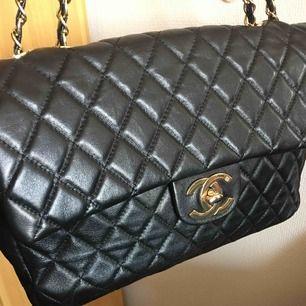 """""""Chanel"""" Jumbo XL Mycket mycket väl använd men ff fin.... Skinnimitation, inköpt i Turkiet för 15 år sedan."""