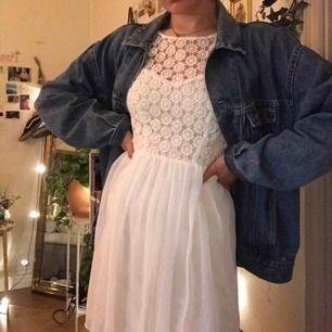 Jätte fin skolavslutningaklänning eller studentklänning! Är jätte fin i ryggen och har en bra längd. Jag är 167 cm ungefär och den slutar på mitten av låren på mig ungefär. Köparen står för frakt men vi kan träffas i Uppsala om så önskas🌷