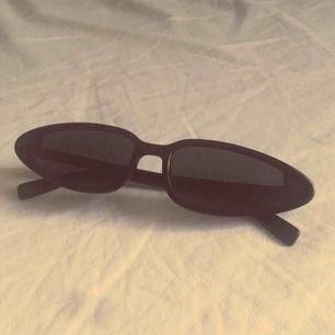 Spetsiga Oval formade solglasögon med svart tonat glas köpta på NA-KD, använda ca 3 gånger, så gott som nya! inga repor osv perfekta nu till sommaren 🥰