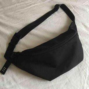 svart waistbag/bumbag från NA-KD  köptes för c.a 200kr använd endast 5 gånger så gott som ny  perfekt nu i festival tider 🥰