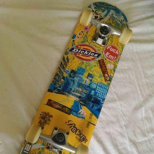 skejtboard ganska använd men funkar fortfarande minst lika bra!! Säljes pga använder inte längre. perfekt nu till sommaren 🥰 vid snabb affär sänkes priset