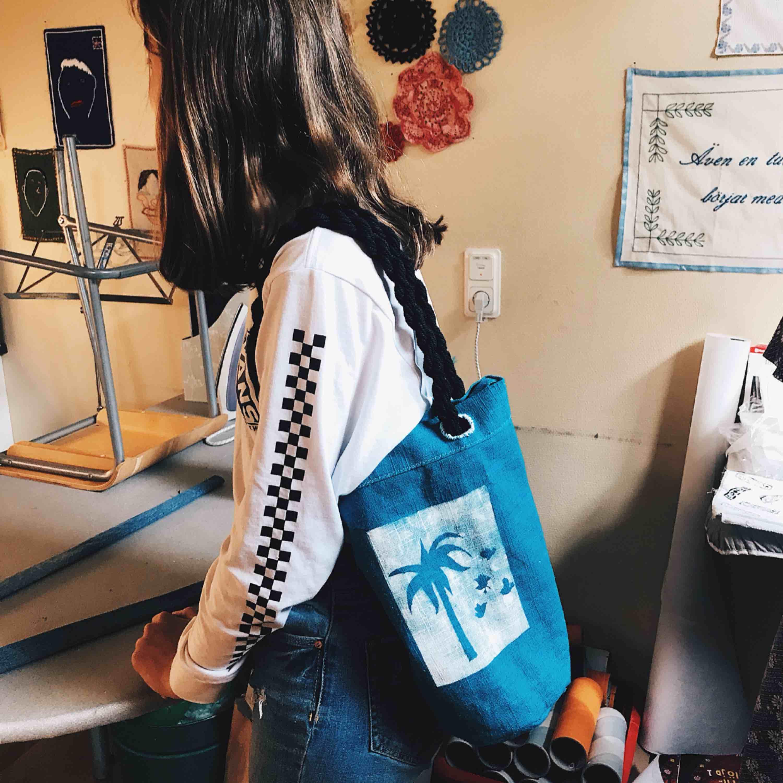 Säljer denna sköna väska med Palm tryck på❤️❤️. Väskor.