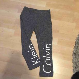 Äkta Calvin Klein tränings byxor storlek XS. Dom är något kortare i modellen. Säljer pågrund av att jag har för många tränings byxor. Köparen står för frakten kan mötas upp i Enköping.  Betala med Swish