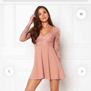 En fin klänning i färgen dusty rose, använd endast en gång och i bra skick. Frakt tillkommer, annars möta upp i Karlstad. Pris kan diskuteras