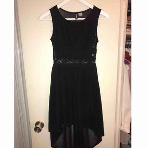 En svart klänning, längre baktill, med lite see-through spetsdetaljer & även rygg. Använd 1-2 gånger. Frakt: 40kr