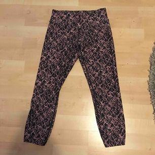 Äkta Calvin Klein tränings byxor storlek XS. Dom är något kortare i modellen. Säljer pågrund av att jag har för många tränings byxor. Köparen står för frakten kan mötas upp i Enköping.  Betala med Swish.