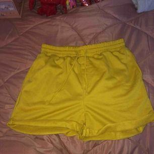 Mjukis shorts som är jätte sköna. M men är tajta i midjan  Köparen står för frakt annars träffas vi nånstans i malmö💐