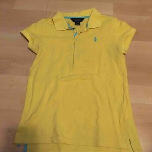Ralph lauren pikétröja, gul med blå detaljer. Storlek 12-14 år skulle säga en 34/XS. Säljer pågrund av att den inte kommer till användning. Köparen står för frakt kan mötas upp i Enköping. Betalning sker visa swish