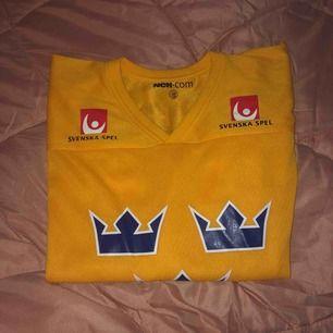 Svensk is hockey tshirt?? Skit skön att bara softa i🤩 Köparen står för frakt annars träffas vi nånstans i malmö💐