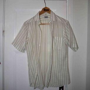 Second Hand Skjorta !  Gott skick, använd 1 gång🙏🏼🌻 (Skulle säga ungefär en storlek S/eller liten M.
