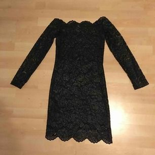 Svart spetsklänning med guld (se sista bilden) of shulder från h&m. Storlek 36 men väldigt tight och lång. Säljer pågrund av att jag inte använt den på ett tag. Köparen står för frakten kan mötas upp i Enköping. Betalning sker via swish.