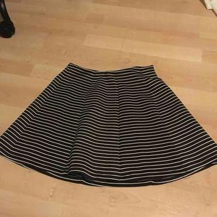 Randig kjol från Lindex i ett anulunda    material. Storlek 158/164. Inte använd på mycket fint skick. Säljer pågrund av att jag inte använt den på ett tag. Köparen står för frakten kan mötas upp i Enköping. Betalning sker via swish