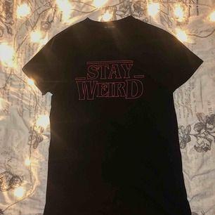 Oversized T-shirt med print Aldrig använd  Oversized så t-shirten passar alla personer med XS-M i storlek Perfekt för vardags outfits på varma dagar och lätt att dra på över badkläder. Alltså perfekt just nu då sommaren äntligen närmar sig!