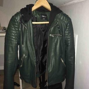 En fin grön skinn jacka med avtagbar luva. Jackan är i bra skick och aldrig använd. Kan mötas upp i Gbg,annars tillkommer frakt.
