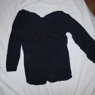 Superfin svart tröja med rosetter bak! Köpt i en butik i Italien för 200 kr. Bra skick Möter i Stockholm eller så står du för frakt.