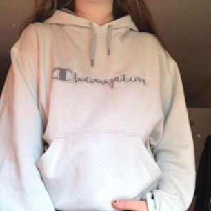 Säljer denna ljusblå/gråa champion hoodien!💙