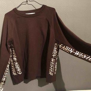 Frakt ingår i priset ✨ Oanvänd brun tröja från Carin Wester.