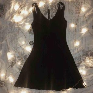 Rygglös klänning köpt på Second Hand Använd en gång Passar storlekarna S-M Super söt sommarklänning med justerbara detaljer över ryggen och passar i alla sammanhang från fest till vardag outfits