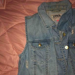 Jeans väst från Only bra för sommaren. Köparen står för frakten eller möts vi nånstans i malmö💐
