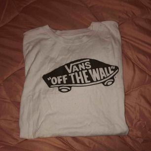 Basic vans tshirt som jag har knappt haft på mig. Köparen står för frakten eller möts vi nånstans i malmö💐
