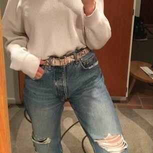 Supersnygga slitna jeans från Zara. I princip nyskick, säljer pga för stora för mig.  Möts upp i Sthlm, annars står köparen för frakt.