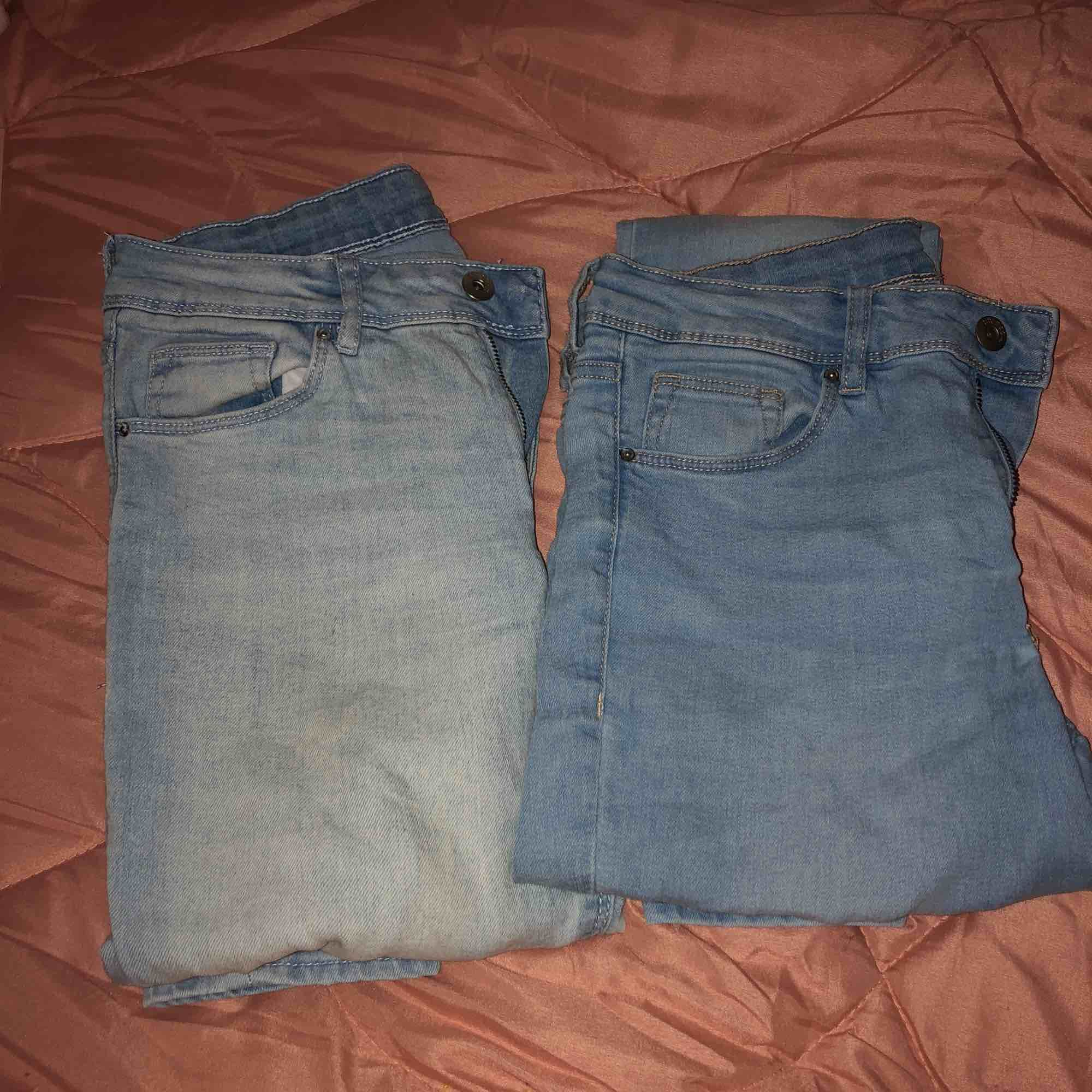 Ljusa jeans från H&m, sitter exakt vid höfterna.Båda blir 130kr annars 100kr för dem ljusaste och dem andra för 70kr eftersom nagellack ovanför bakfickan. Köparen står för frakten eller möts vi nånstans i malmö💐. Jeans & Byxor.