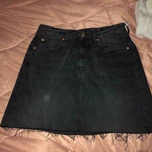 jeans kjol från h&m, aldrig haft på mig den🙄 Köparen står för frakten eller möts vi nånstans i malmö💐