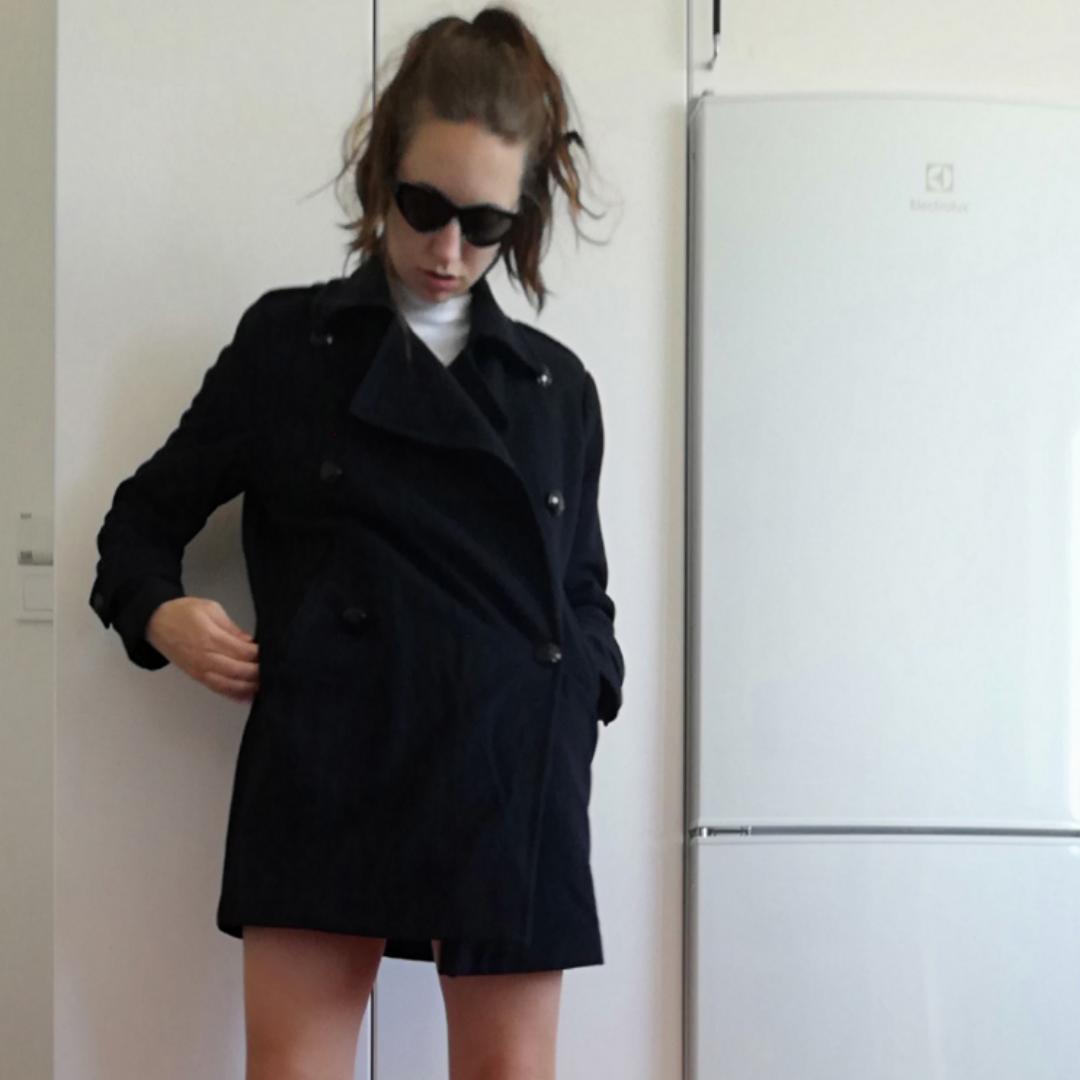 Mörkblå peacoat i stl XS. Oversize så funkar även på stl S. Gjord i 50% ull och 50% polyester. Supersnygg som klänning till Adidas superstar för en sportig och clean look! Frakt 63 kr. . Jackor.