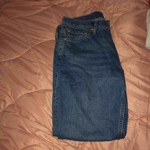 jätte sköns jeans från lager, kan nog säga att dem är som momjeans. Formar höfterna som f*n. Köparen står för frakten eller möts vi nånstans i malmö💐