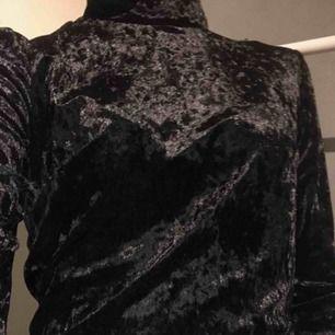 Det är en samers liknande svart tröja, den är även kroppad. Sitter bra och bekvämt på. Inga skador eller så på plagget. Tar Swish kan mötas up i Stockholm men helst frakta, köparen står för frakt. :)