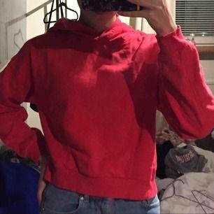En snygg röd Hoodie som är kroppad med luva. Tar Swish och kan mötas up men även posta, köparen står för frakten. :)