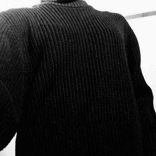 En svart cool tröja från monki. Tar Swish och kan mötas up i Stockholm men även frakta, köparen står för frakten. :)