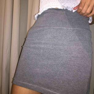 En grå tyg kjol som är super bekväm och fin. Det fins inga fläckar eller skador på den. Tar Swish och kan mötas up i Stockholm men även posta, köpare står för frakten. :)