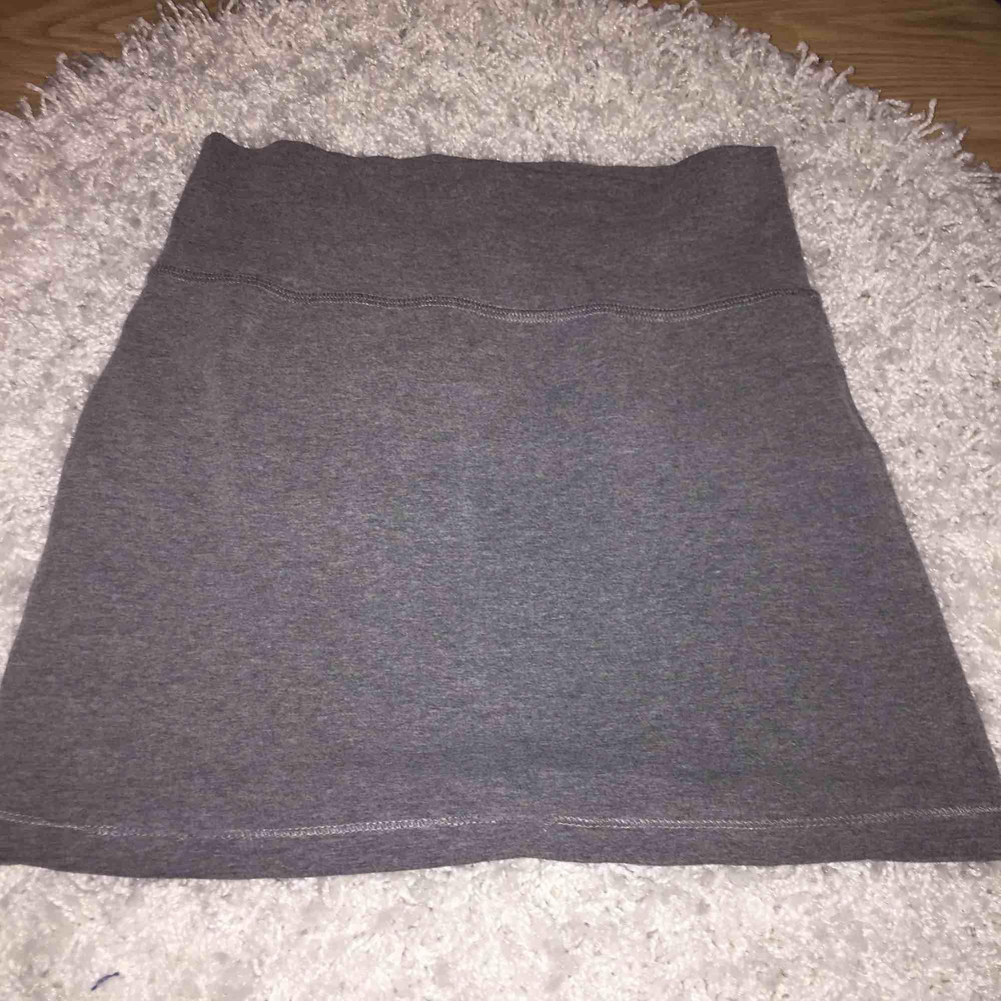 En grå tyg kjol som är super bekväm och fin. Det fins inga fläckar eller skador på den. Tar Swish och kan mötas up i Stockholm men även posta, köpare står för frakten. :). Kjolar.