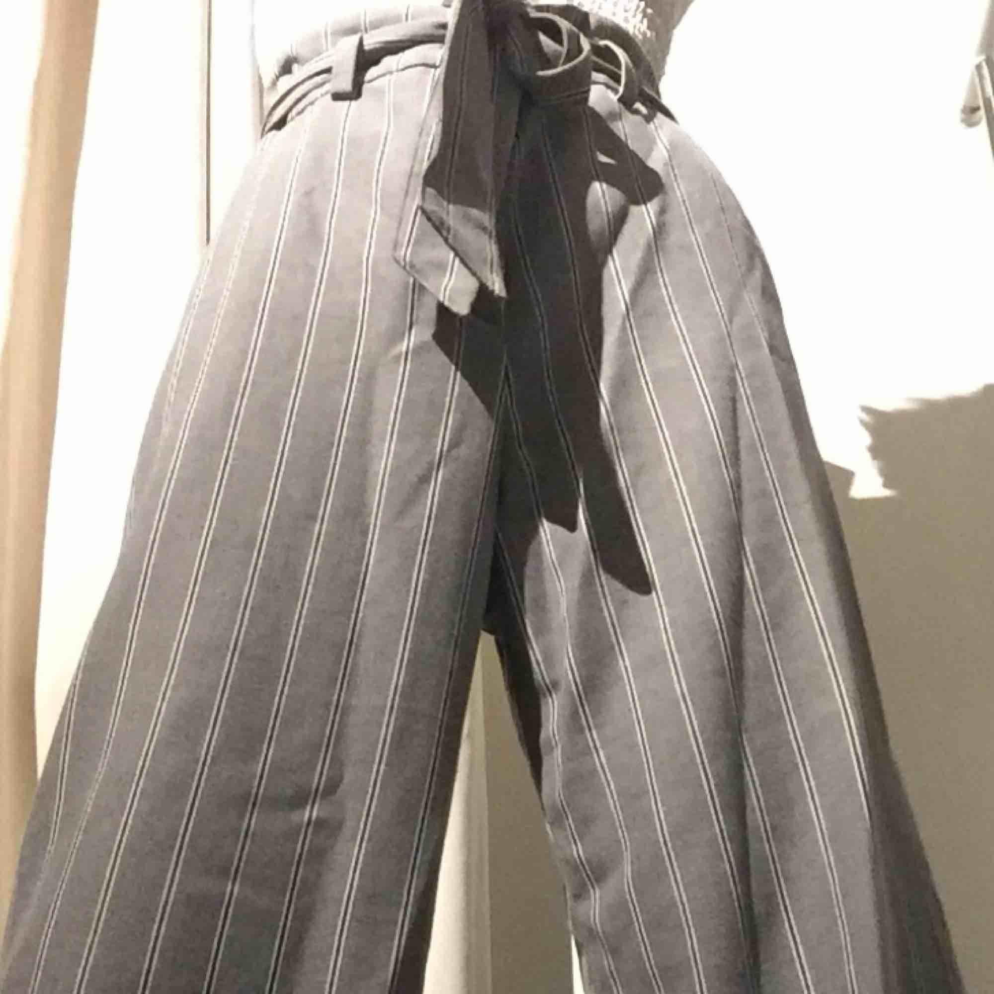 Grå randiga kostym byxor, följer med en extra knap. De passar på storlekar under 38 eftersom man knyter i midjan, jag har 34. Har inte används endast testade, de är som nya. Tar Swish och kan mötas up i Stockholm men postar även, köpare står för frakten.. Jeans & Byxor.