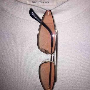 Coola solglasögon. Säljer för att jag inte har använt dom så ligger bara i en låda, inga repor på glaset. Tar Swish och kan posta och mötas up i Stockholm, köpare står för frakten. :)