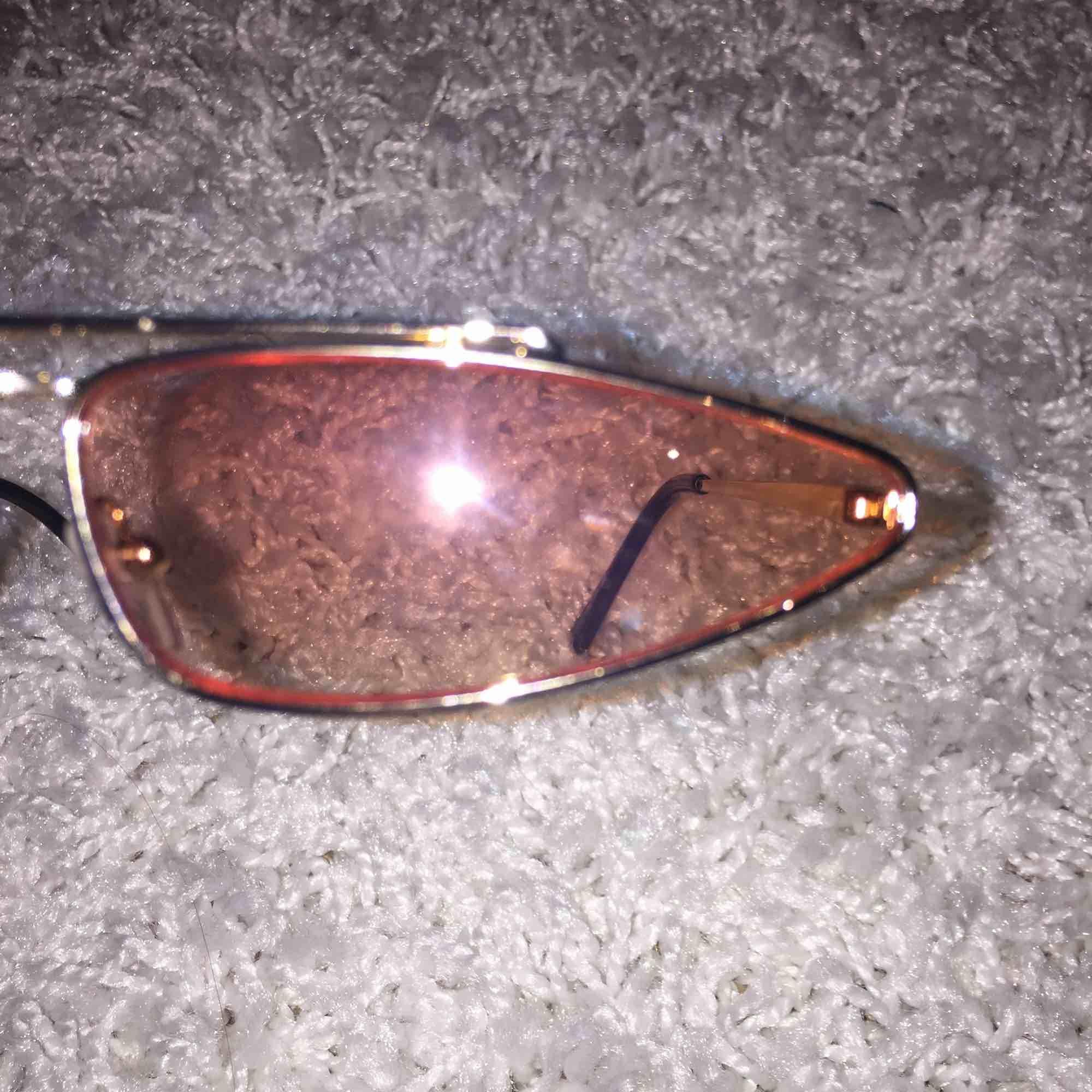 Coola solglasögon. Säljer för att jag inte har använt dom så ligger bara i en låda, inga repor på glaset. Tar Swish och kan posta och mötas up i Stockholm, köpare står för frakten. :). Accessoarer.