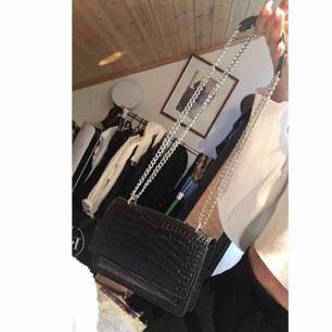 """Världens finaste väska som liknar YSL väskan """"Sunset chain wallet"""". Silver detaljer. En liten väska, passar perfekt för utgångar 😍 Helt ny & oanvänd"""
