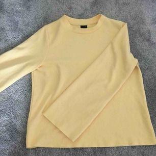 En ljus gul sweatshirt med vida armar, passar perfect under hösten/vinter, tjockt material. Skulle säga att den är liten i storlek så rekomenderas för dom som har S. Köparen står för frakten💖