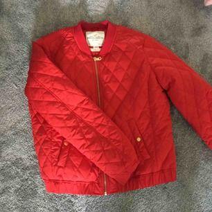 En Röd vår/höst jacka från Lindex, väldigt skön. Bra i storlek, jag är 172 och tycker att ärmarna är långa så vik upp om ni är kortare. Aldrig använt bara testat. Köparen står för frakten🤗