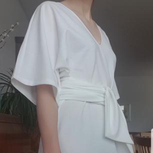 Helt ny vit stilren klänning från make way med knytning i midjan. Perfekt till sommaren🌞 Köpt på Bubbleroom där den är slutsåld. Aldrig använd (endast för att prova). Säljer då den var för stor för mig. Kan mötas upp i Kalmar, annars står köpare för frakt🌸