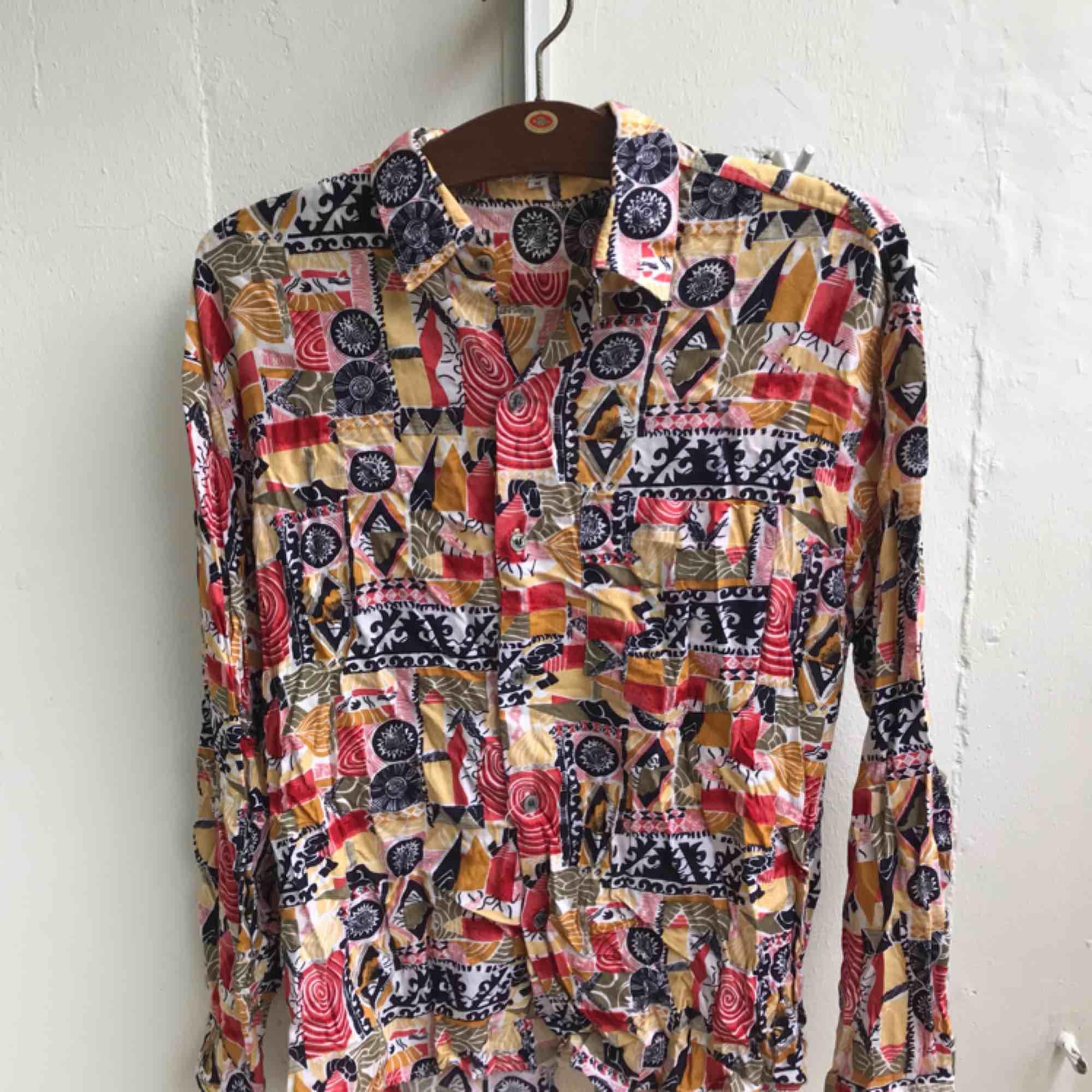 Skjorta med mönster. Skjortor.