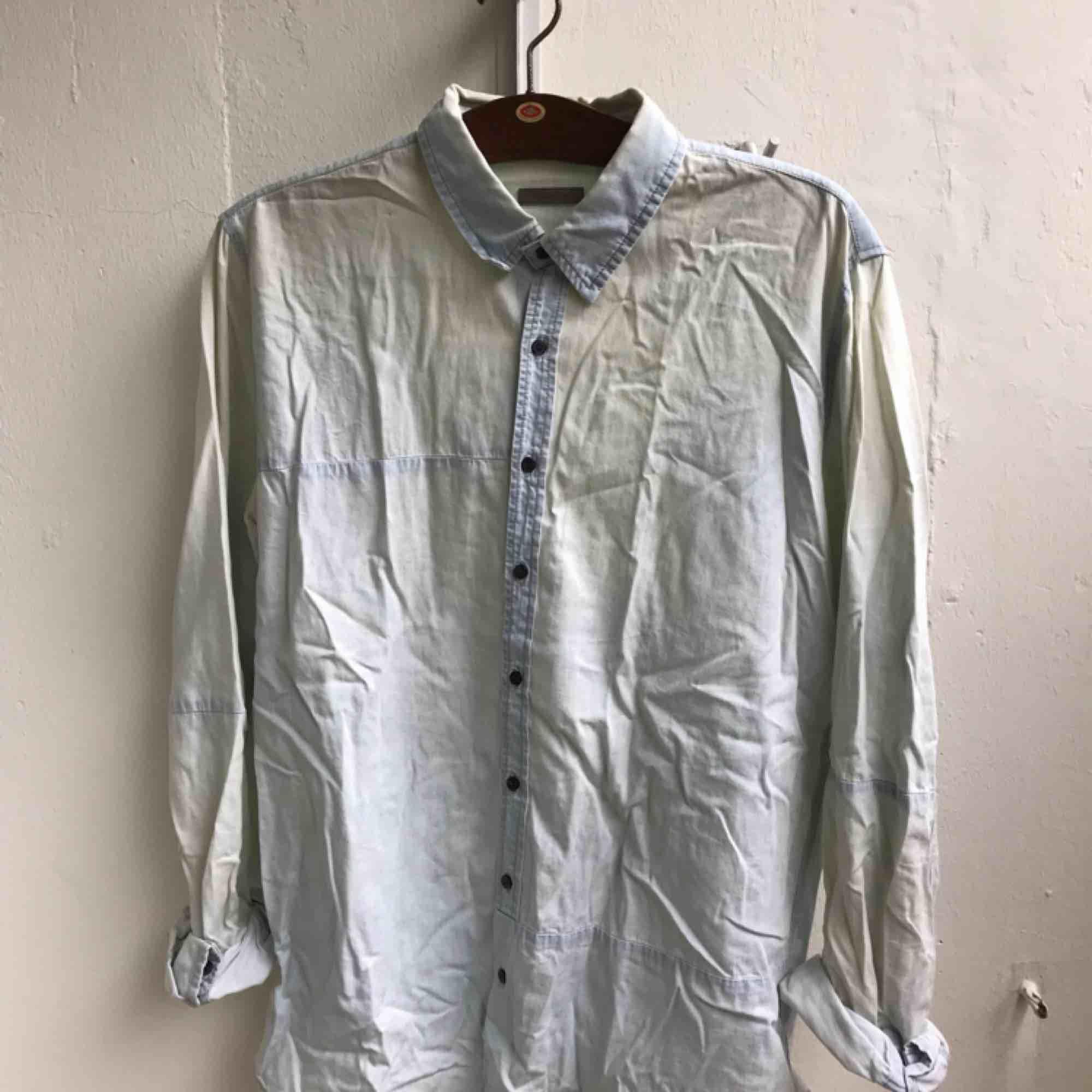 Ljusblå skjorta från The Local Firm. Skjortor.