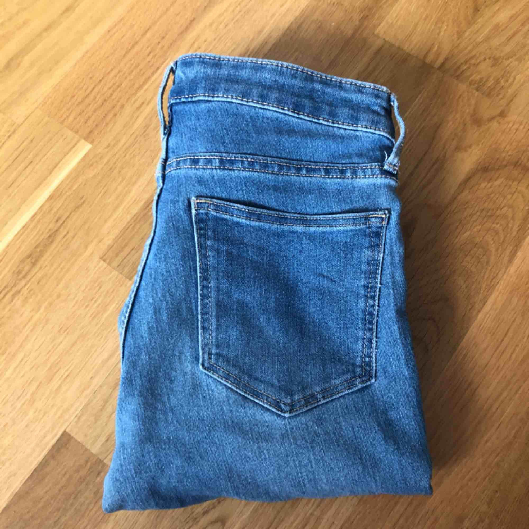 """Superfina byxor! Vet inte riktigt var de kommer ifrån men kanske H&M? Säljer pga använder aldrig. Passar mig med xs! Möts upp i Sthlm men annars frakt! Mer frågor i """" kommentarerna """" eller privat! :). Jeans & Byxor."""