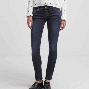 Replay jeans i modellen Rose, tight modell med stretch. Sitter som en smäck! 27'30, passar både S och M skulle jag säga! Använda 1 gång. Köparen står för frakt!