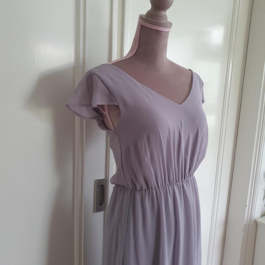 Superfin balklänning ifrån BIKBOK, ljuslila/grå färg. Fint skick inga fläckar hål mm. Gratis frakt betalning via swish. Klänningar.