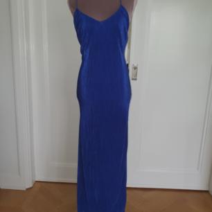 Pliserad, elastisk kobolt blå balklänning från Bikbok. Fin skärning i ryggen. Betalning via swish frakt 27 kr