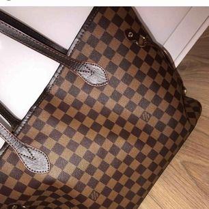 Louis Vuitton kopia i väldigt fint skick! Några små slitningar på handtagen men annars är den som ny!