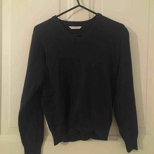 Marks and Spencer school tröja. Köpt på Malta för något åt sedan men endas använd ca 4 gånger. Skönt material och super fin. Storlek: 11-12 år, EUR:152 cm.